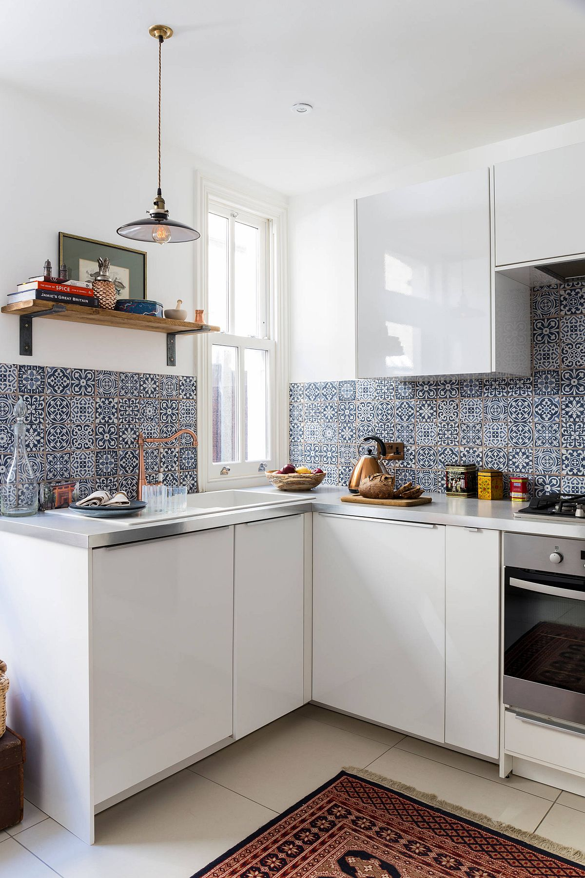 Tiles-bring-pattern-to-the-backdrop-without-altering-the-color-scheme-of-the-small-eclectic-kitchen-30766