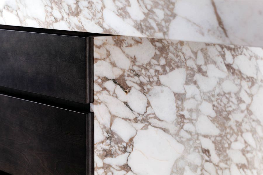 Wood-combined-with-Calacatta-marble-to-shape-the-fab-kitchen-island-13113