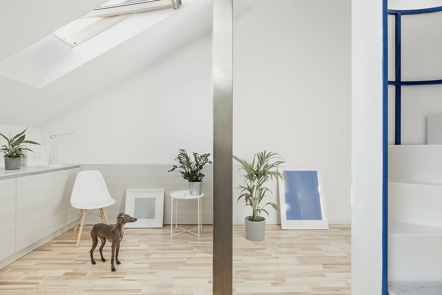 30-Square meter small one bedroom attic apartment in Milan with a monochromatic backdrop