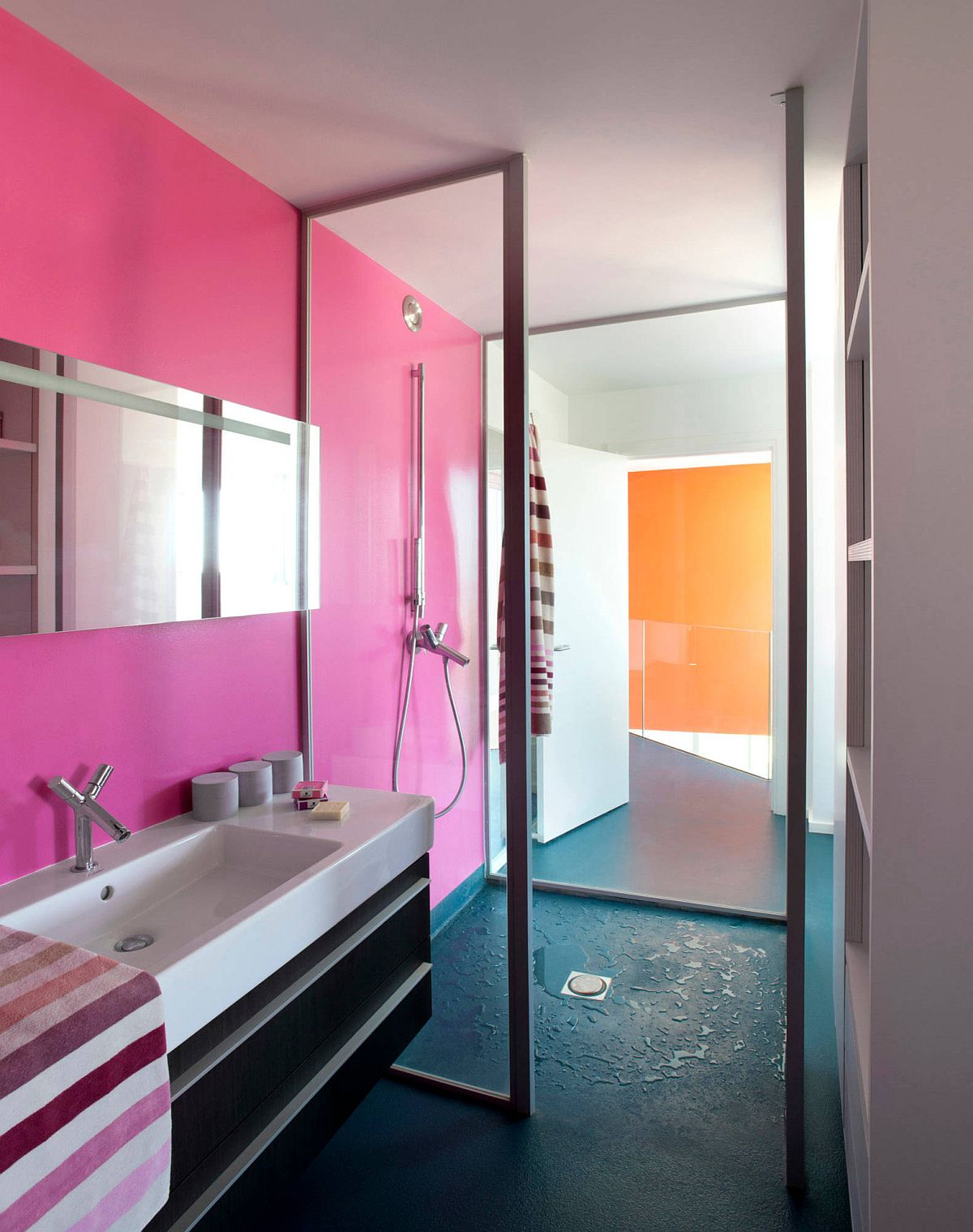 Blue floor combined with pink walls in the contemporary bathroom