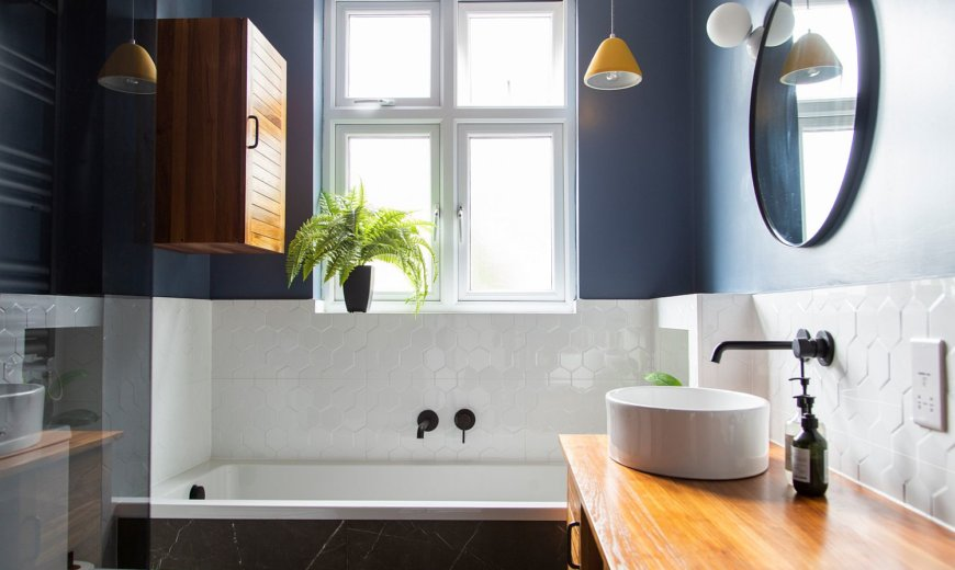 Small Bathrooms In Blue And White: Trendy And Timeless Duo