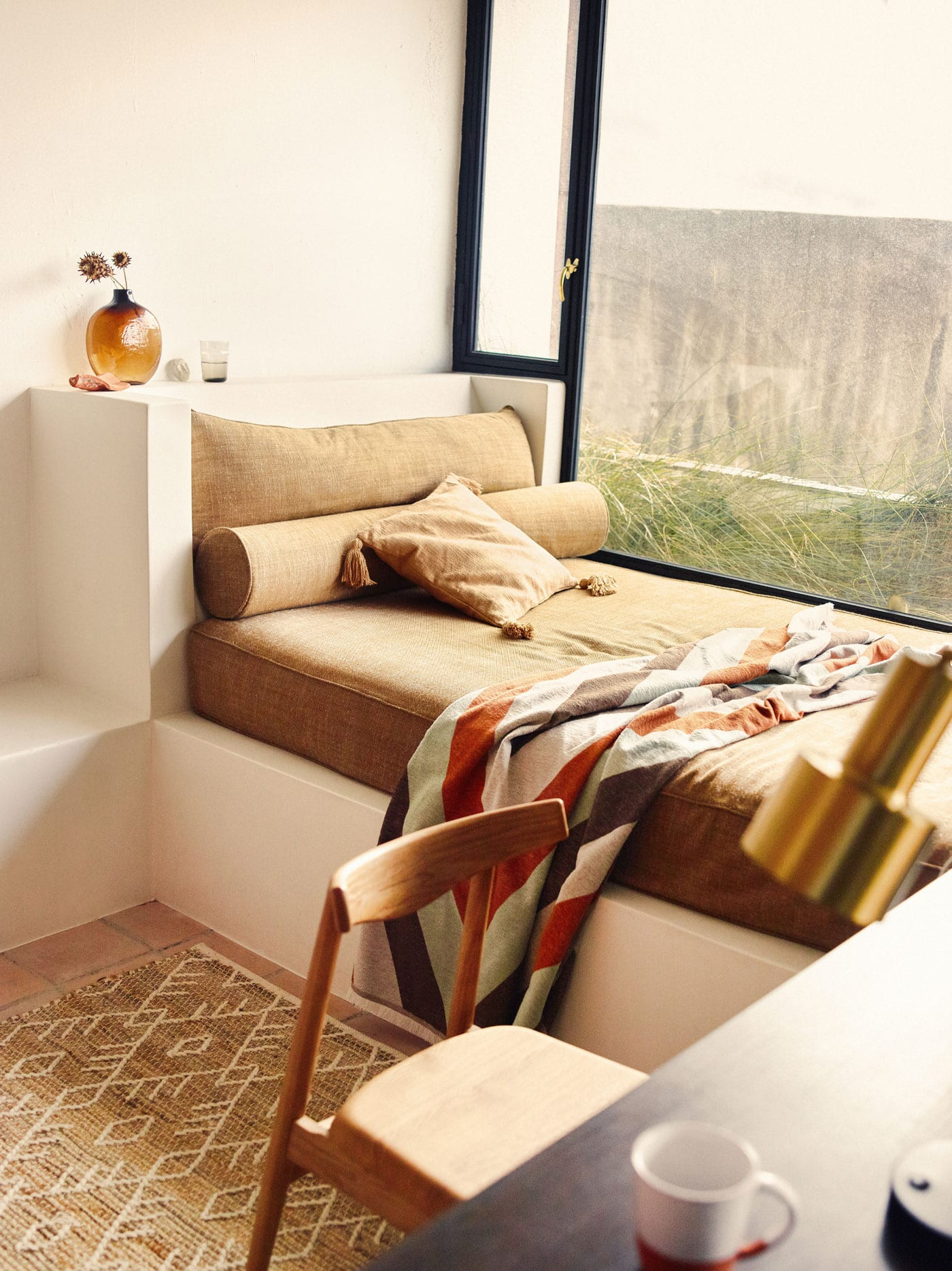 Built-in daybed with a comfy blanket