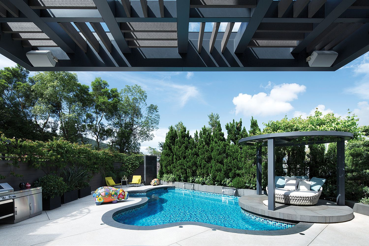 Contemporary pool with an irregular design and a snazzy pergola next to it