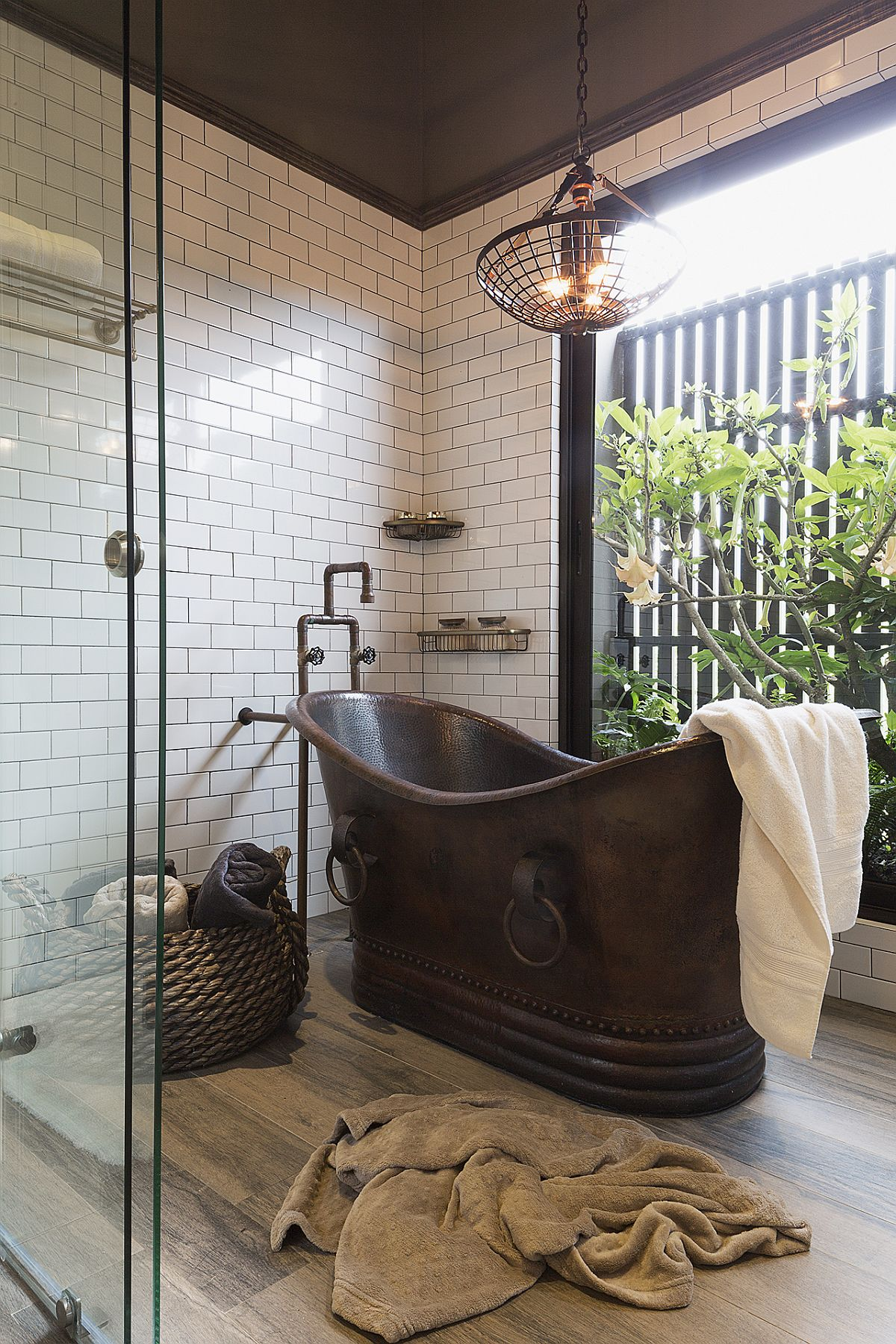 Copper-bathtub-alog-with-glass-walls-and-greenery-adds-uniqueness-to-the-bathroom-80077