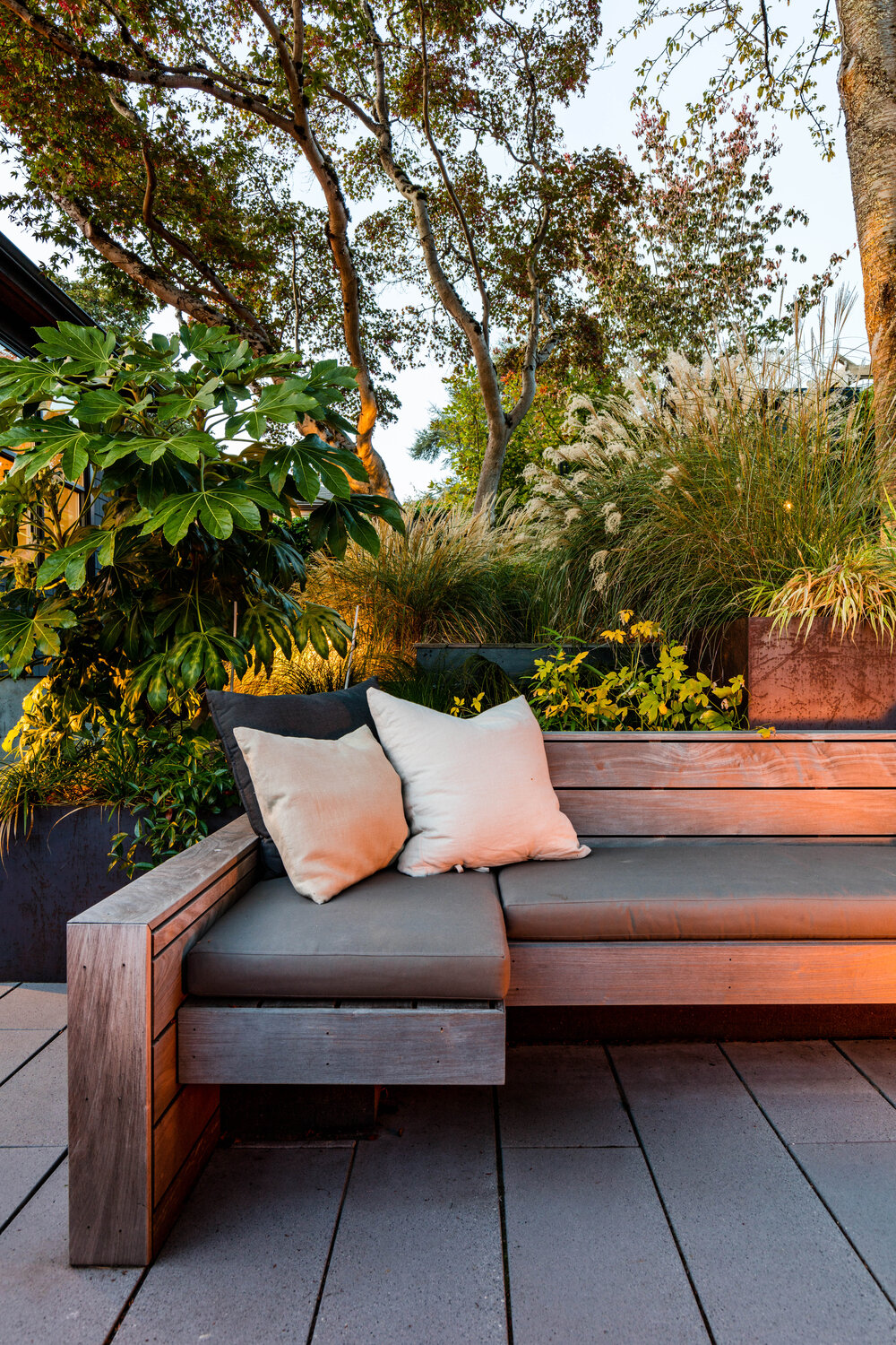 Greenery all around the conversation pit makes a big visual impact