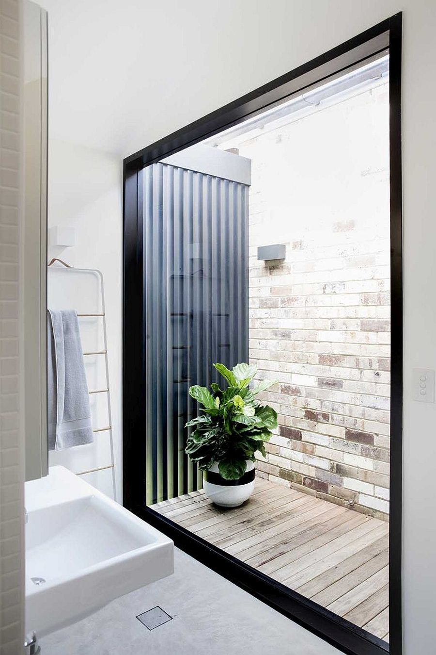 Large-glass-window-brings-light-into-the-white-bathroom-79161