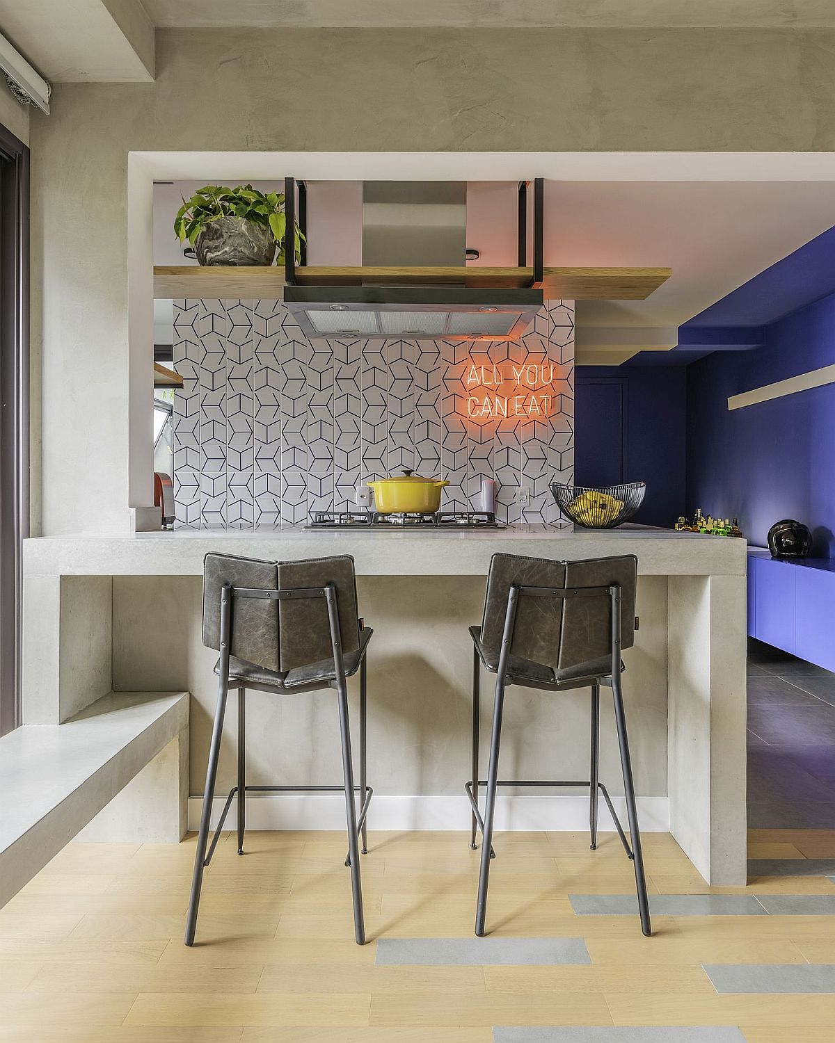 Neon sign brings both color and pizazz to the small apartment kitchen in Brazil