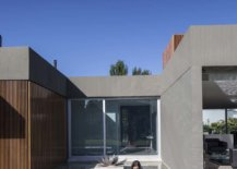 Relaxing-pool-with-stepping-stones-that-connect-two-different-wings-of-the-house-14300-217x155