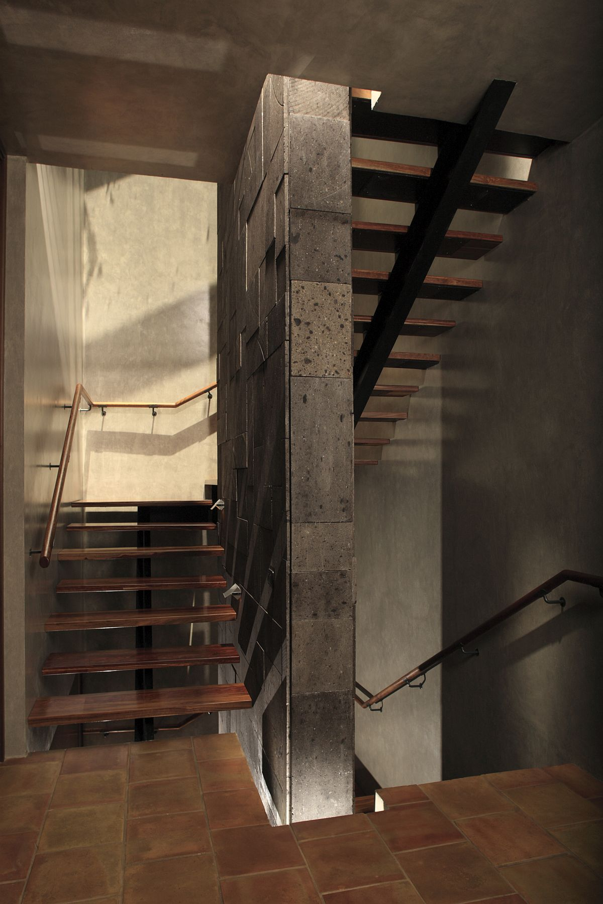 Simple-modern-staircase-of-the-house-keeps-things-elegant-and-understated