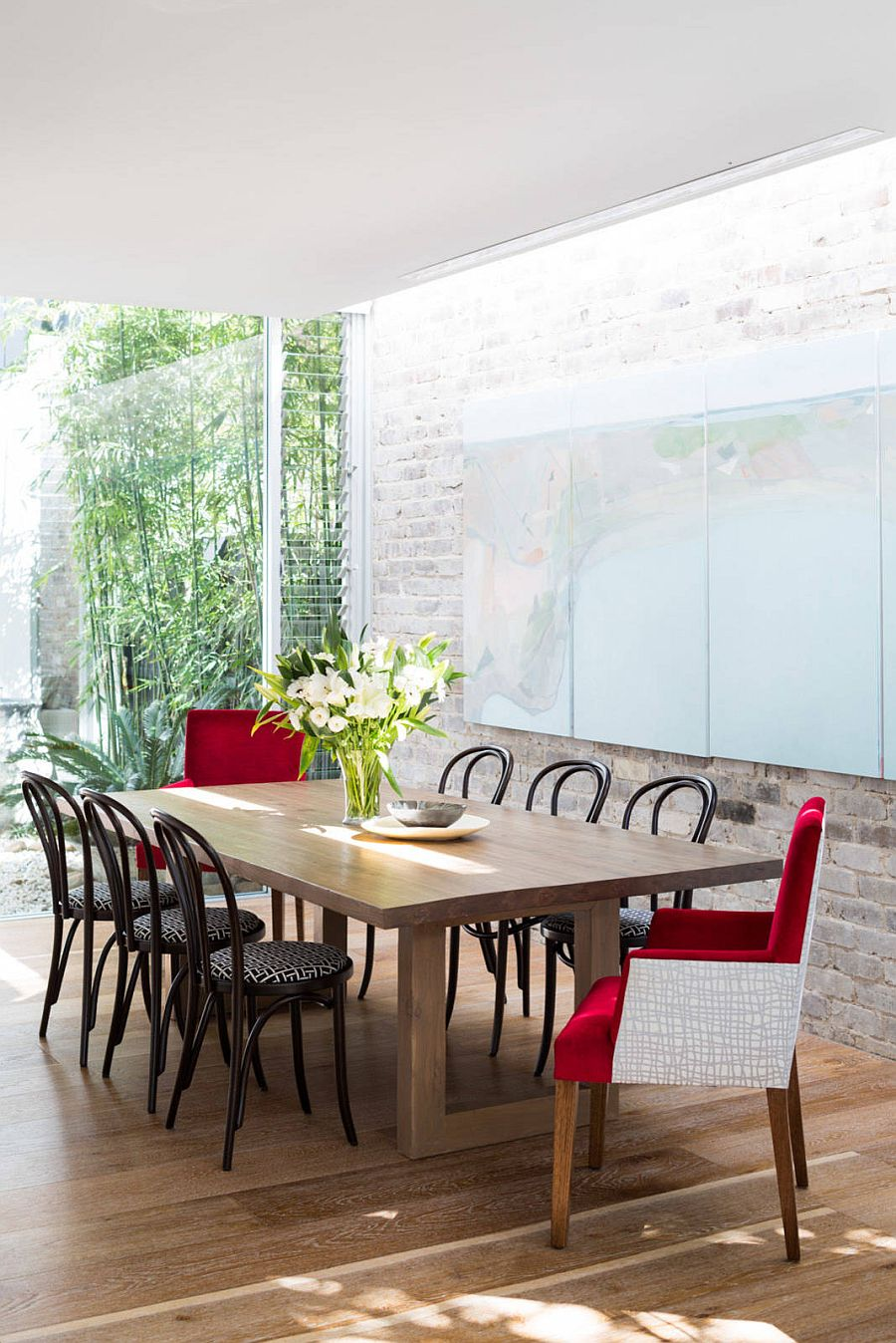 Skylight-highlights-the-whitewashed-brick-wall-in-the-backdrop-in-a-natural-fashion-28433