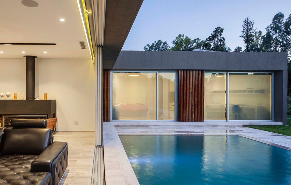Sliding-and-stackable-glass-doors-connect-the-living-area-with-the-pool-outside-39863