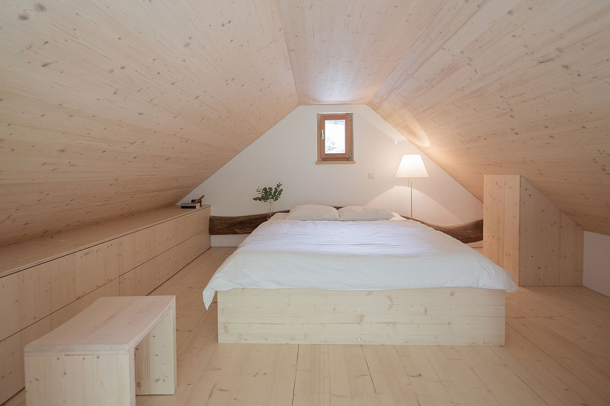 Small-and-cozy-bedrom-on-the-upper-level-makes-most-of-limited-space-on-offer-68179