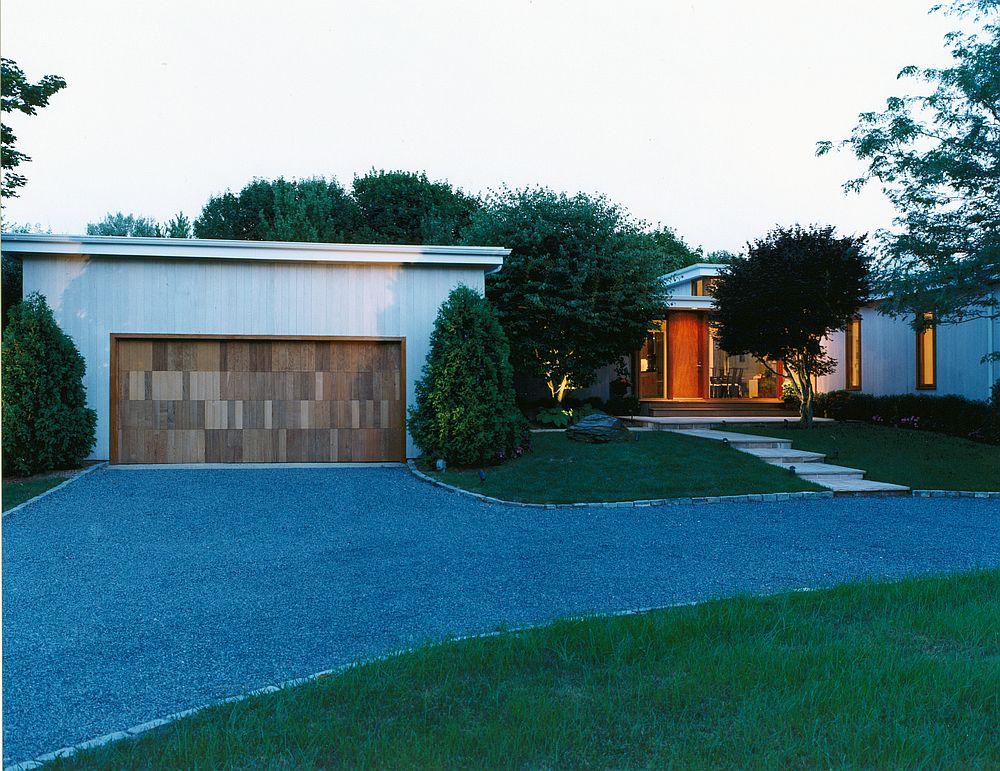 Street-facade-of-East-Hampton-ranch-in-New-York-42784