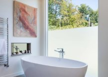 Style-of-the-wall-art-piece-perfectly-complements-that-of-his-contemporary-bathroom-45924-217x155