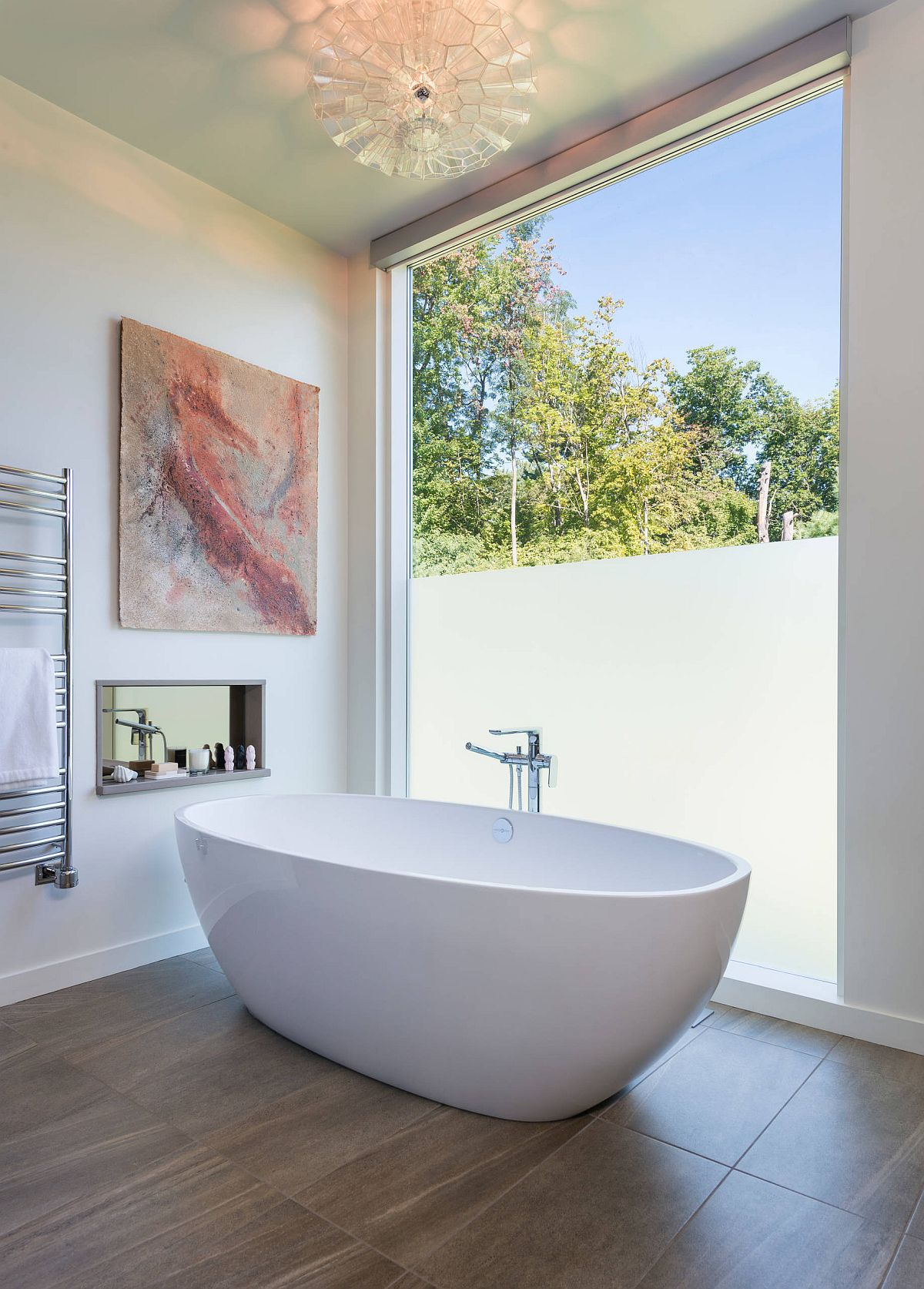 Style-of-the-wall-art-piece-perfectly-complements-that-of-his-contemporary-bathroom-45924
