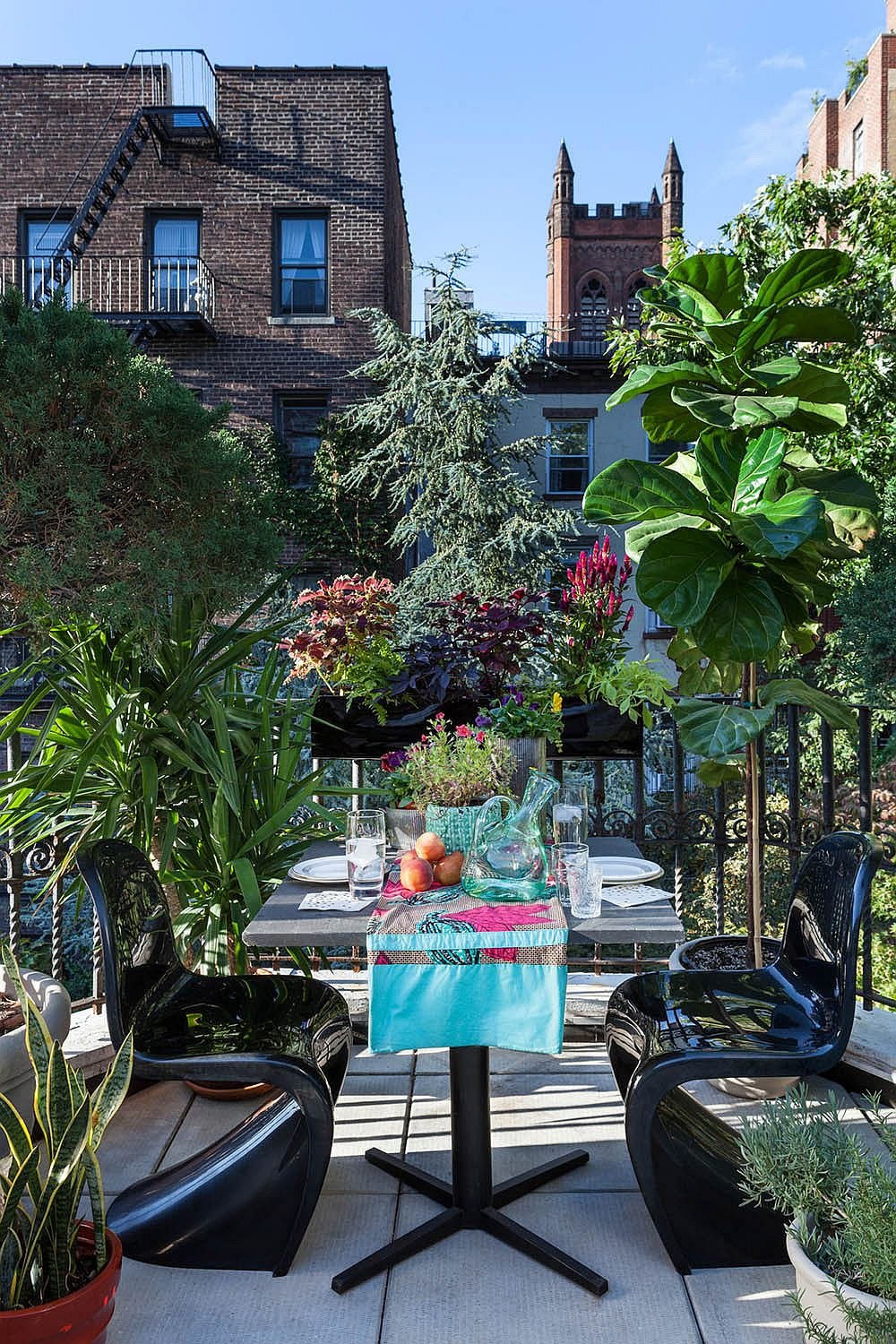 Turn the small balcony into a fabulous escape for two with right decor
