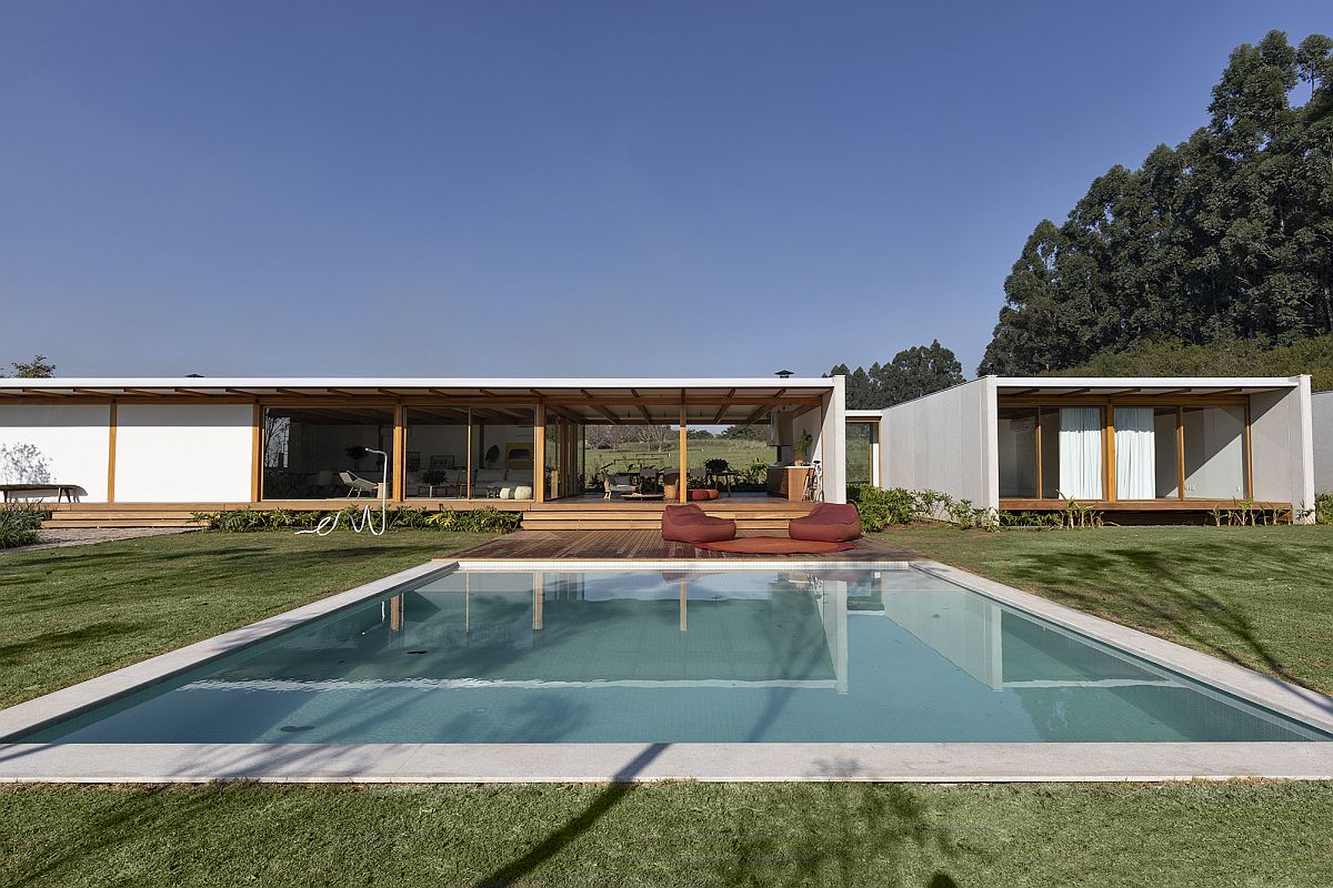 Contemporary Pipa House designed by Bernardes Arquitetura in Brazil with a large pool area and garden