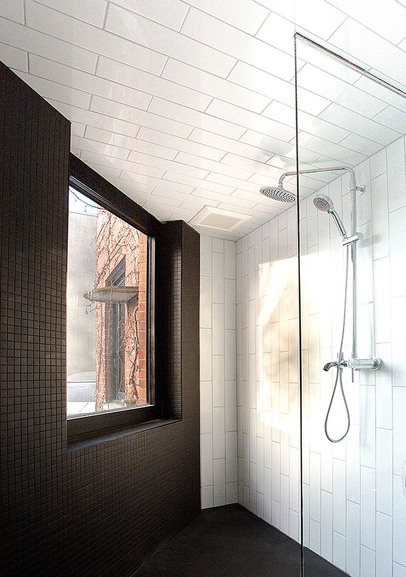 Contemporary bathroom in black and white with lighting that gives it a spacious appeal