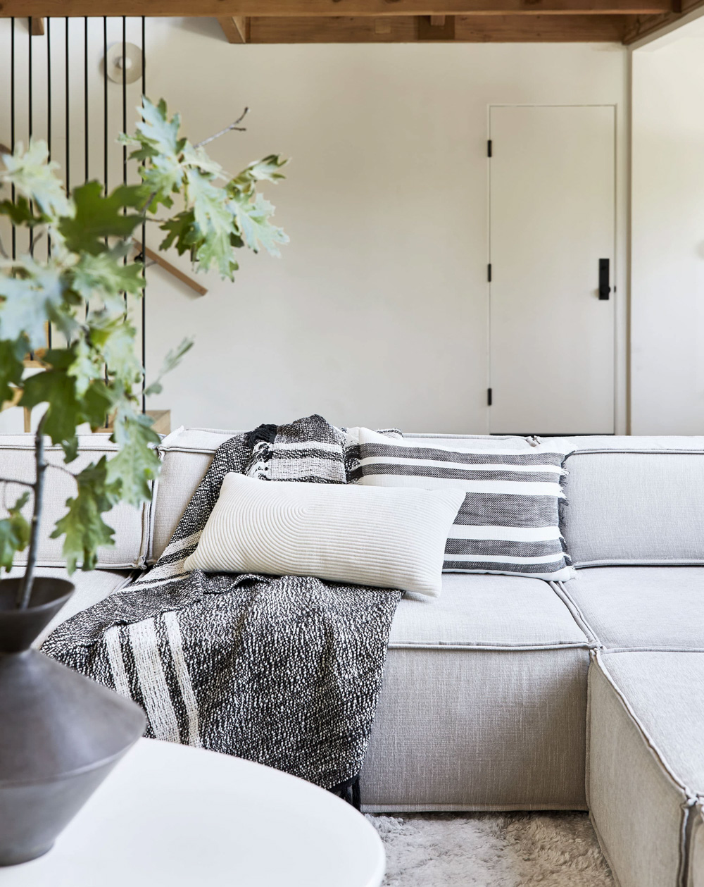 Cozy-textured-throw-and-pillows-68261