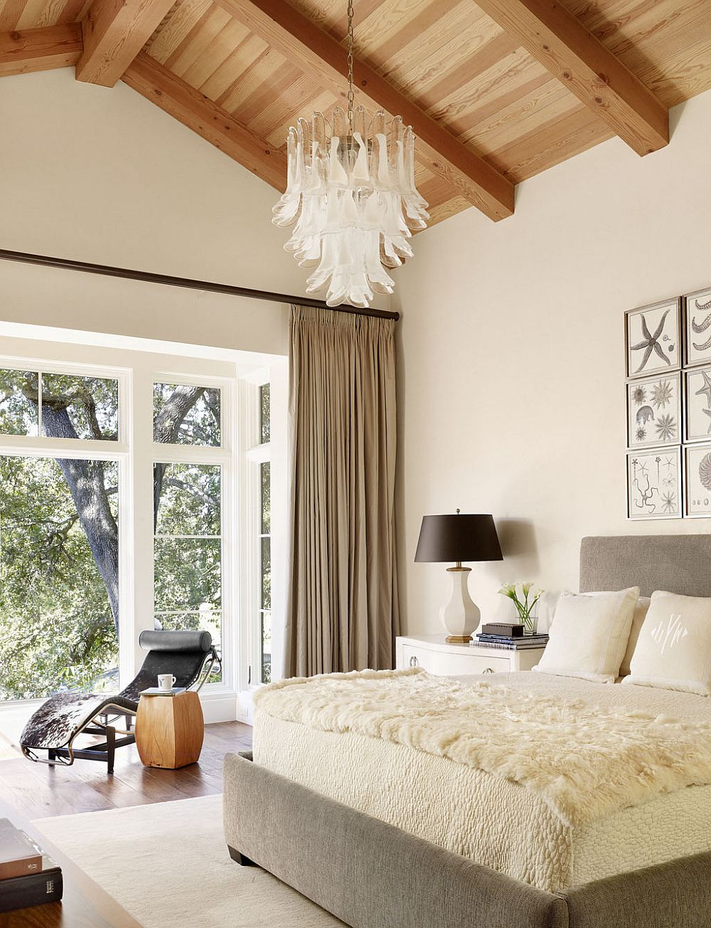 Curtains-in-brown-separate-the-bedroom-from-the-landscape-outside-91366