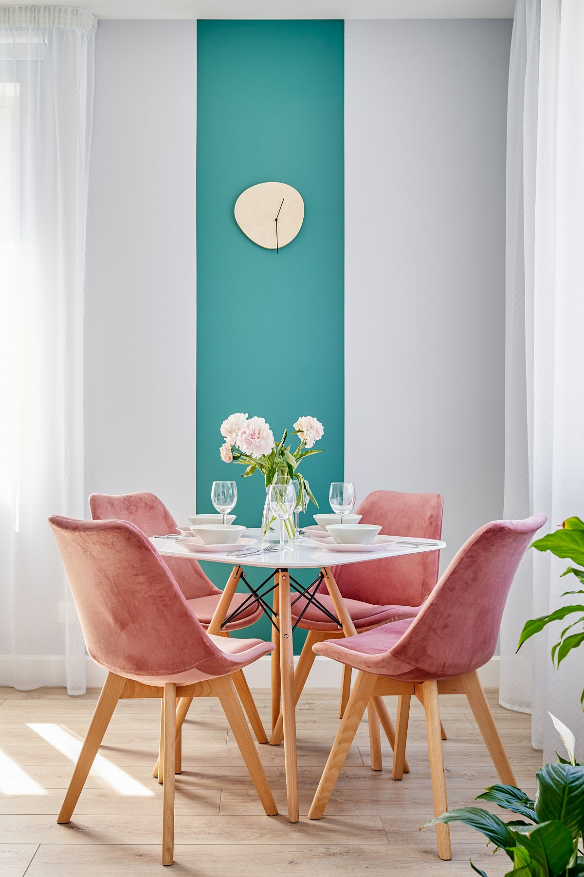Dashing-dining-area-in-the-corner-with-a-touch-of-teal-in-the-backdrop-and-pink-chairs-that-make-it-special-79290