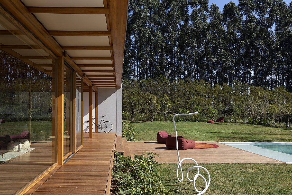Dense vegetation around the house offers a natural lanket of privacy for the eco-friendly Brazilian home