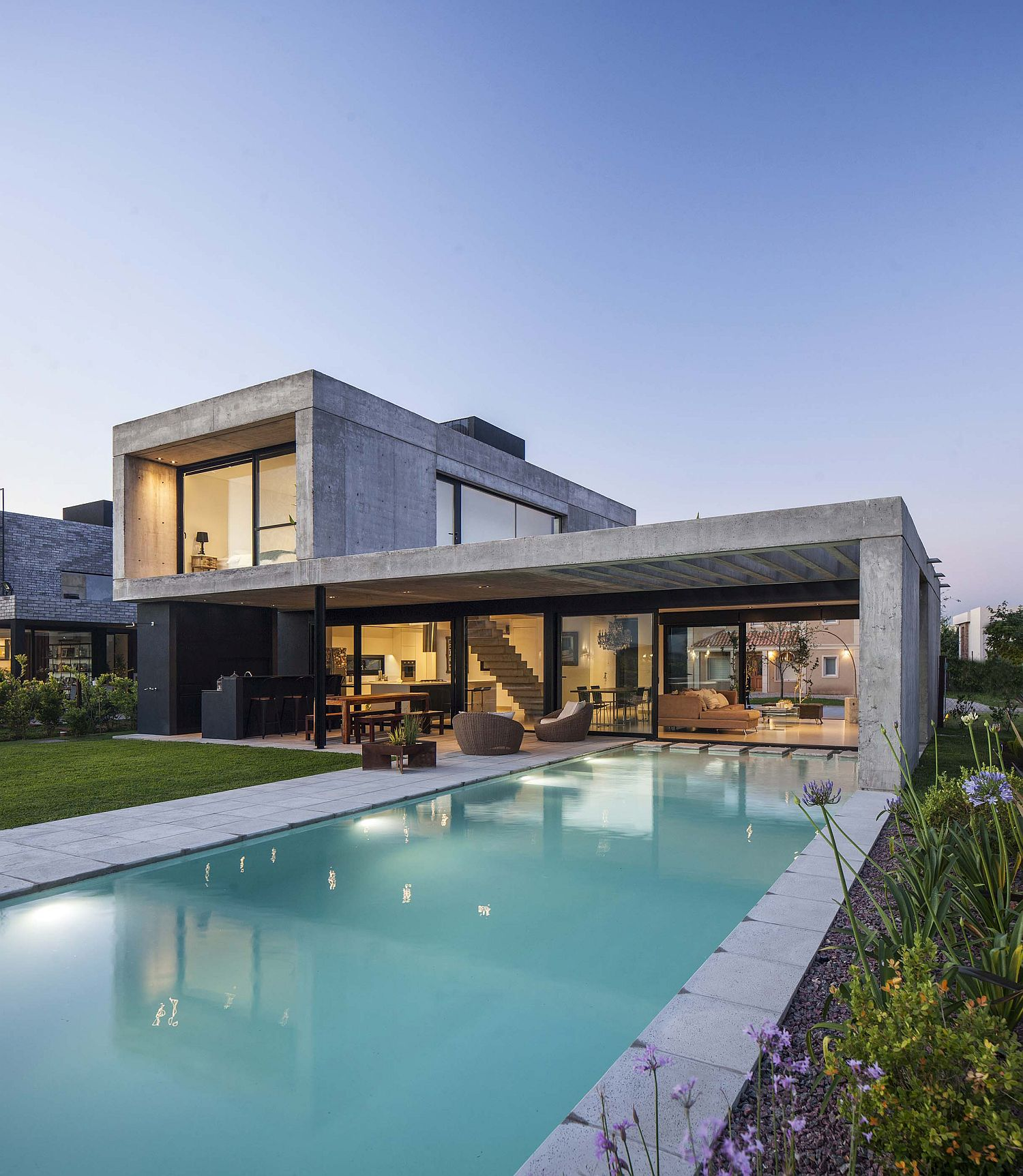 Expansive-pool-becomes-a-natural-extension-of-the-contemporary-home-26654