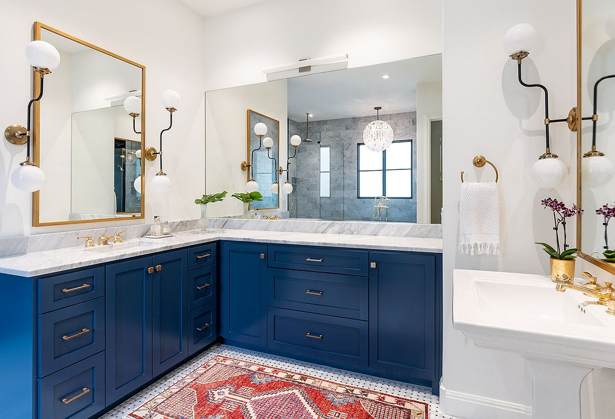 Finding a balance between blue and white in the modern bathroom with spacious design