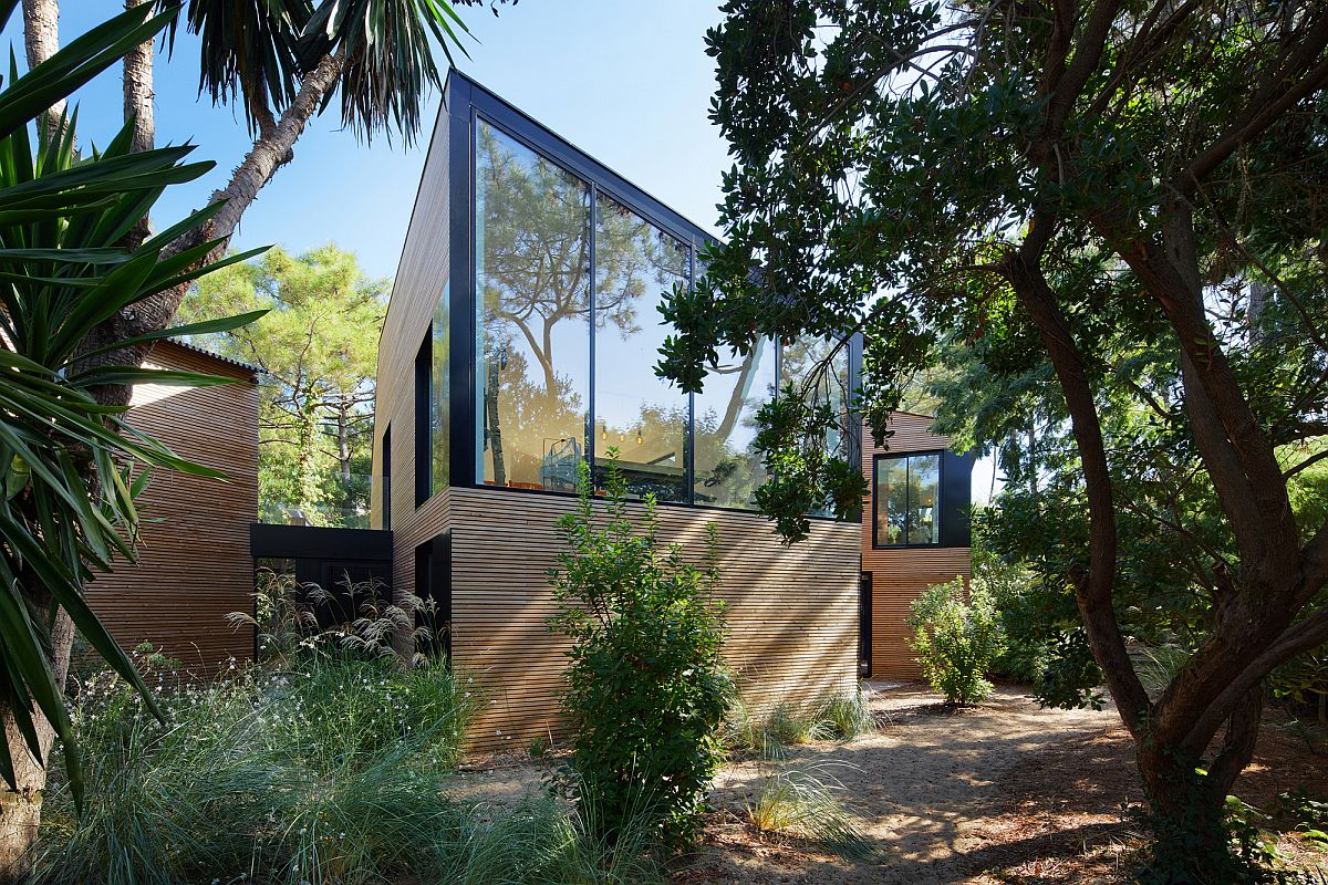 Holiday House in Cap Ferret with wooden exterior and glass walls