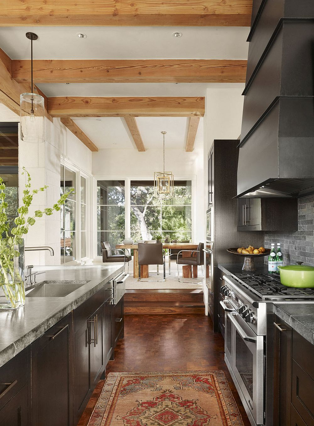 Kitchen-and-dining-area-of-the-Lake-Austin-House-with-an-open-design-and-exposed-ceiling-wood-beams-90820