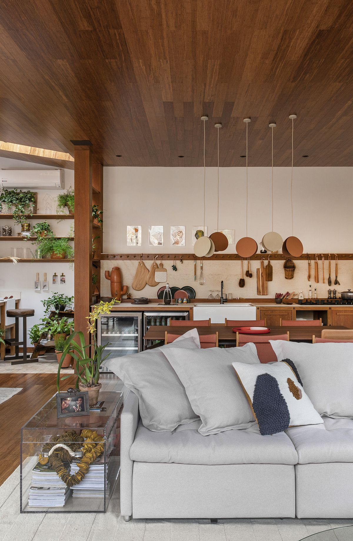 Kitchen-of-the-family-room-in-the-backdrop-uses-hooks-instead-of-usual-floating-shelves-97394