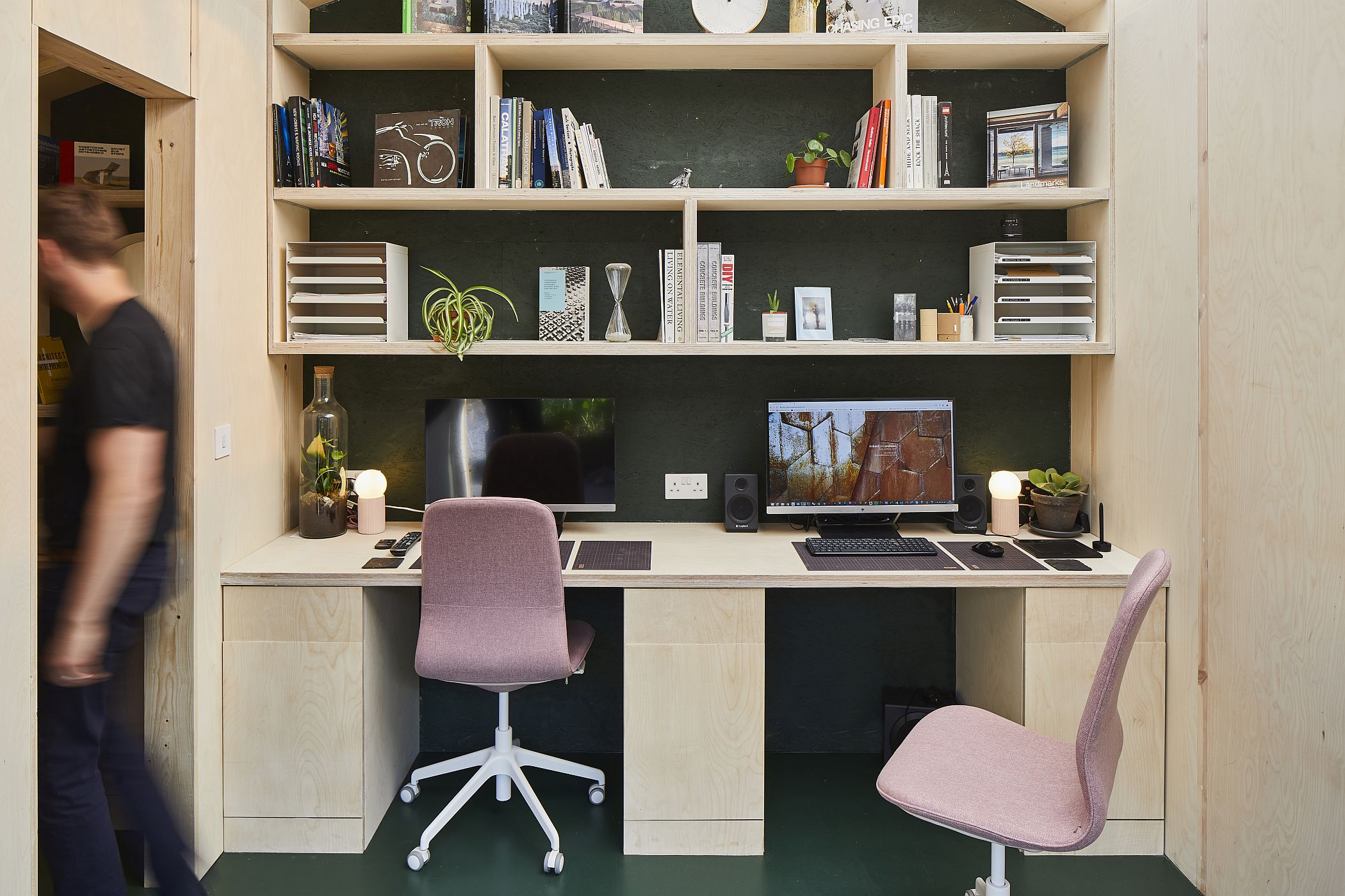Open-modular-shelving-for-the-backyard-office-in-London-connected-with-the-garden-22608