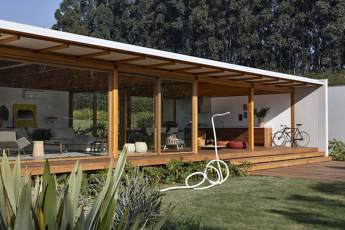Sliding-glass-walls-with-wooden-frame-connect-the-spacious-interior-with-the-landscape-outside-93194