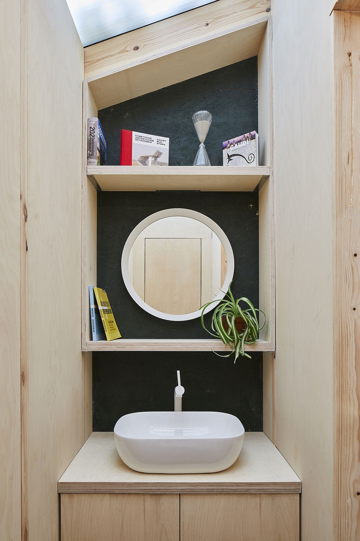 Small-bathroom-and-sink-inide-the-home-office-shed-with-limited-space-81457