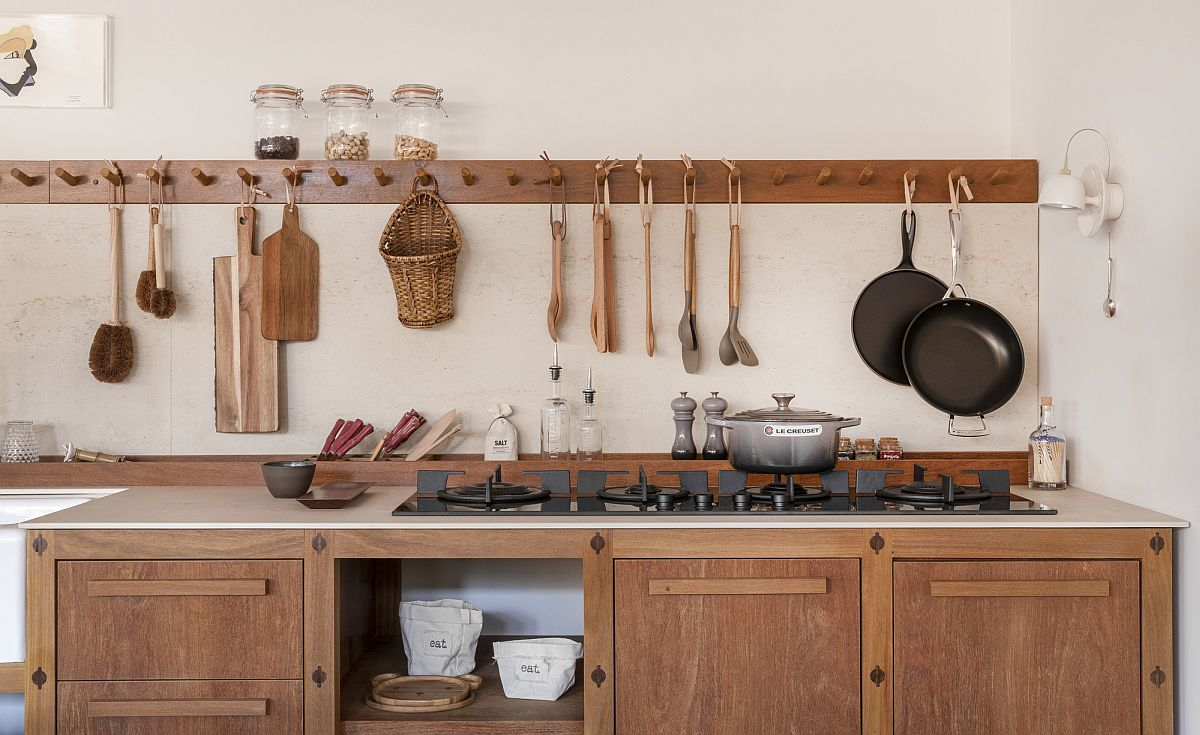 Stylish-and-casual-way-to-hang-utensils-in-the-modern-kitchen-32795
