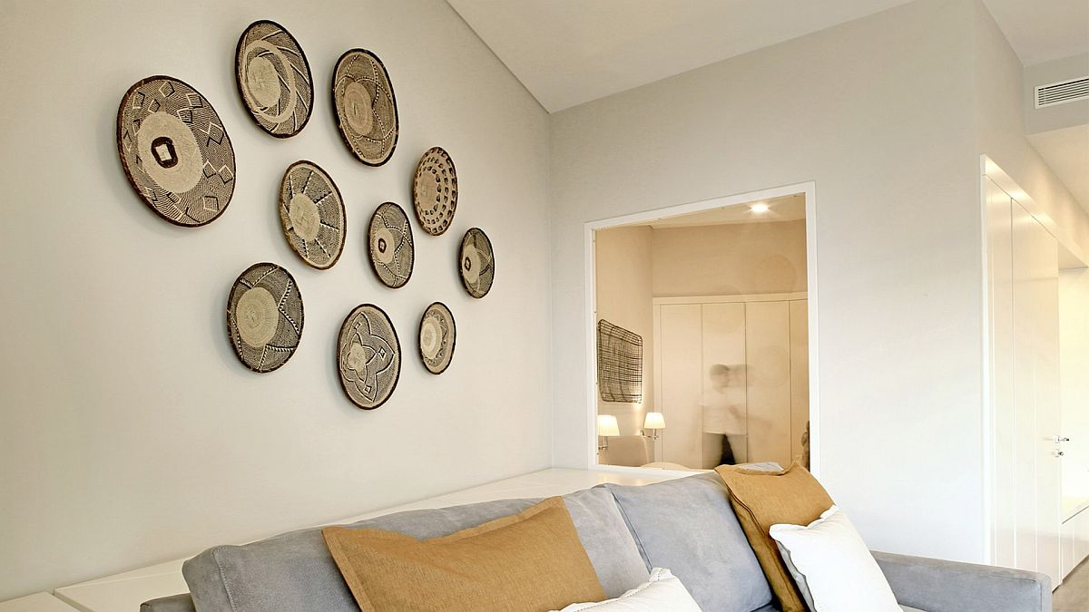 Unique-accent-wall-decorating-idea-for-the-small-livig-room-in-white-and-blue-25284
