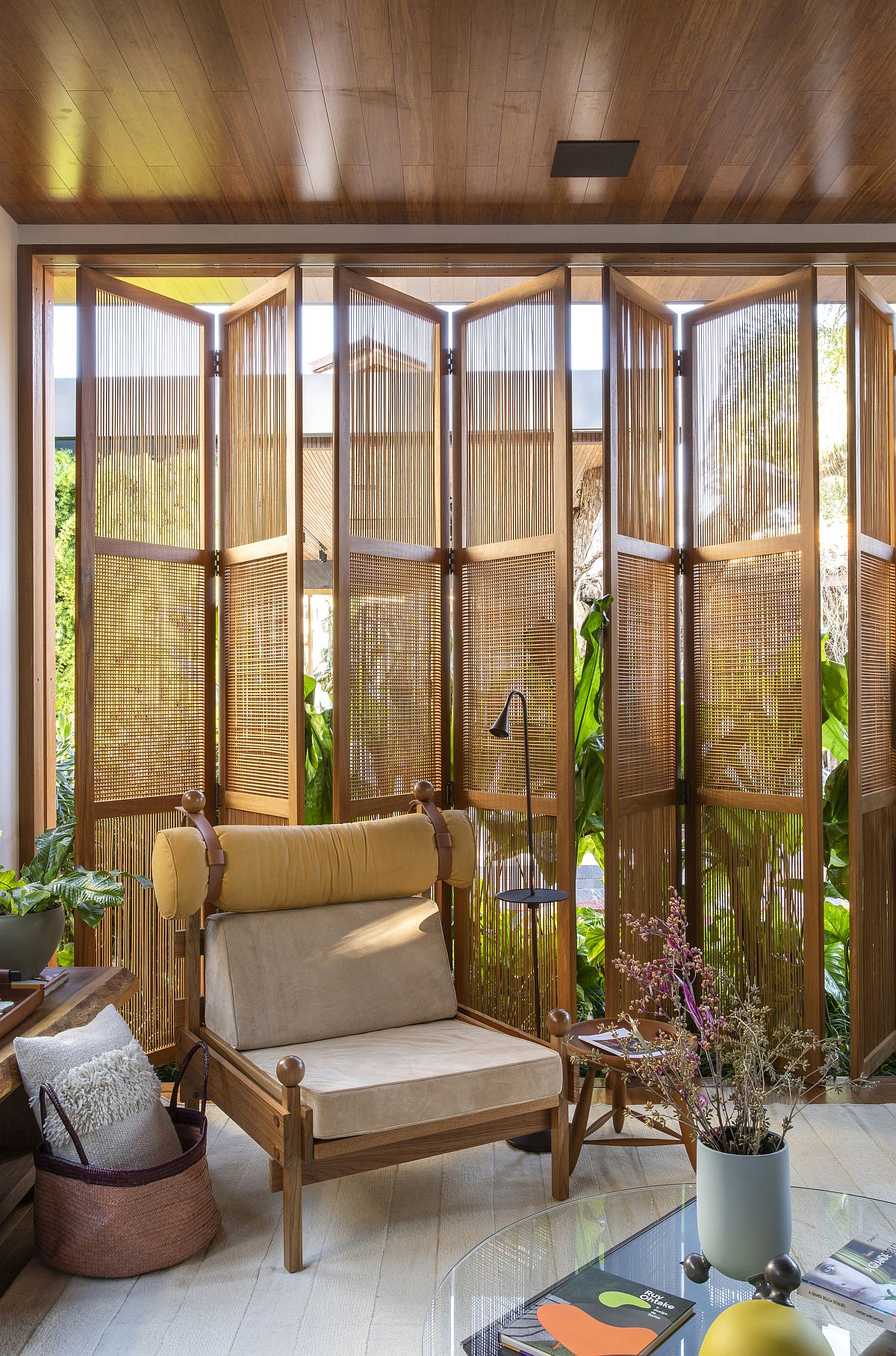 Woodsy doors allow the homeowners to switch between privacy and unabated views