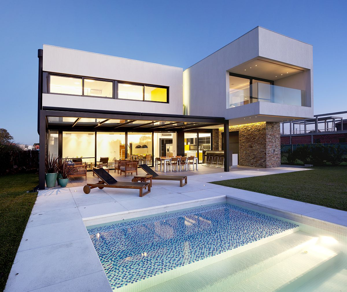 Ample-sitting-space-on-the-outside-provides-for-a-lovely-social-zone-64997