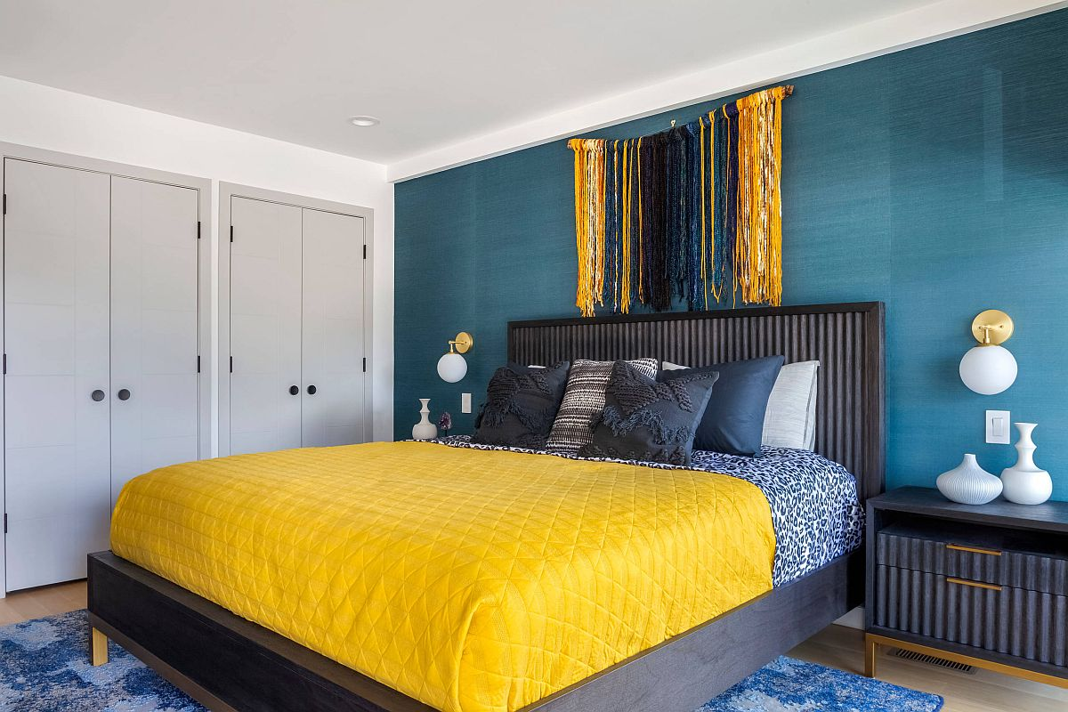 Beach-style-bedroom-in-blue-and-white-with-delightful-yellow-touches-thrown-into-the-mix-37736
