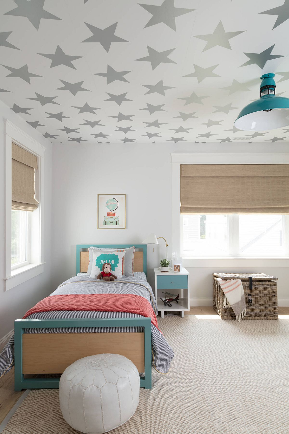 Beautiful wallpaper with starry pattern does not disturb the color scheme in this boys' bedroom