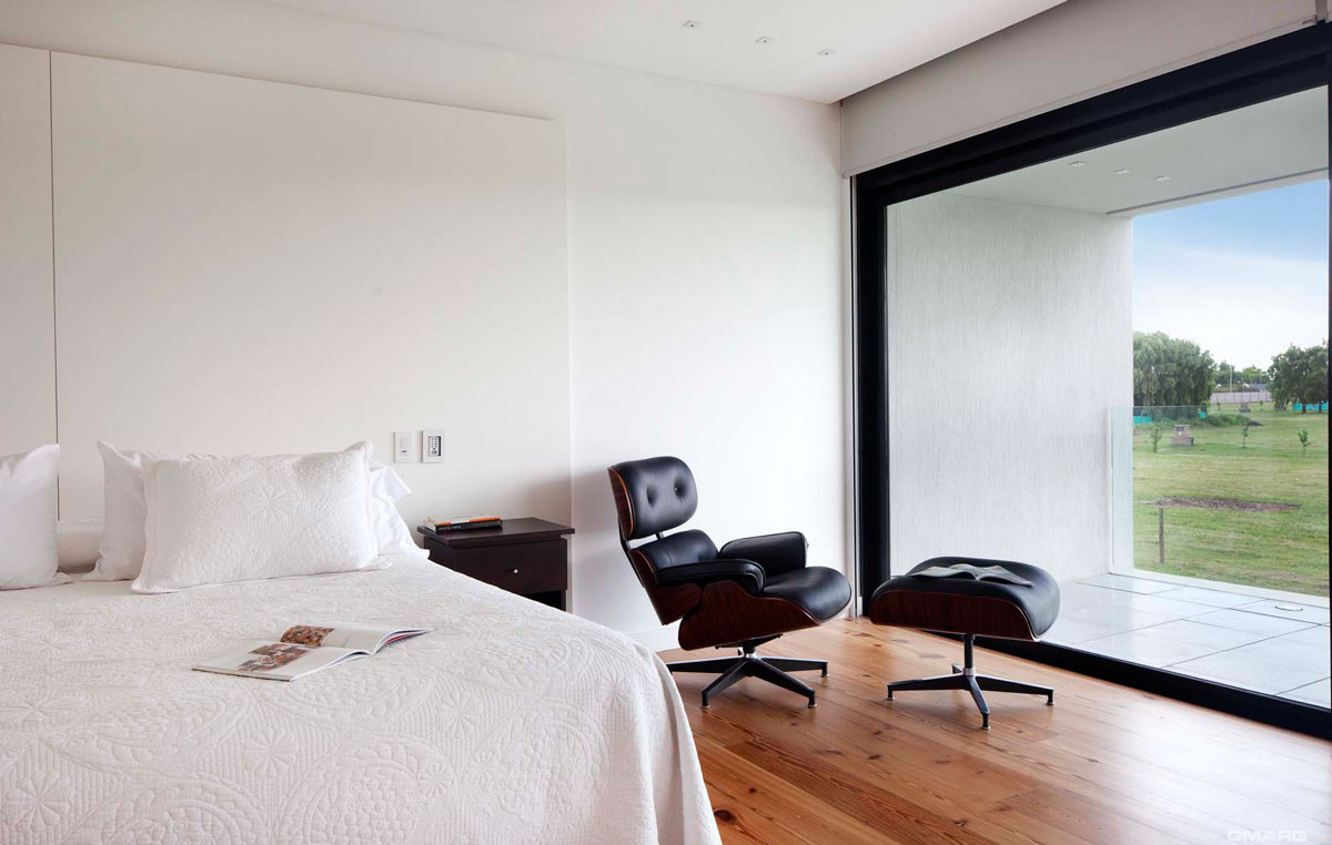 Cozy-Eames-Lounger-brings-timeless-appeal-to-the-modern-bedroom-in-white-with-lovely-garden-views-31235