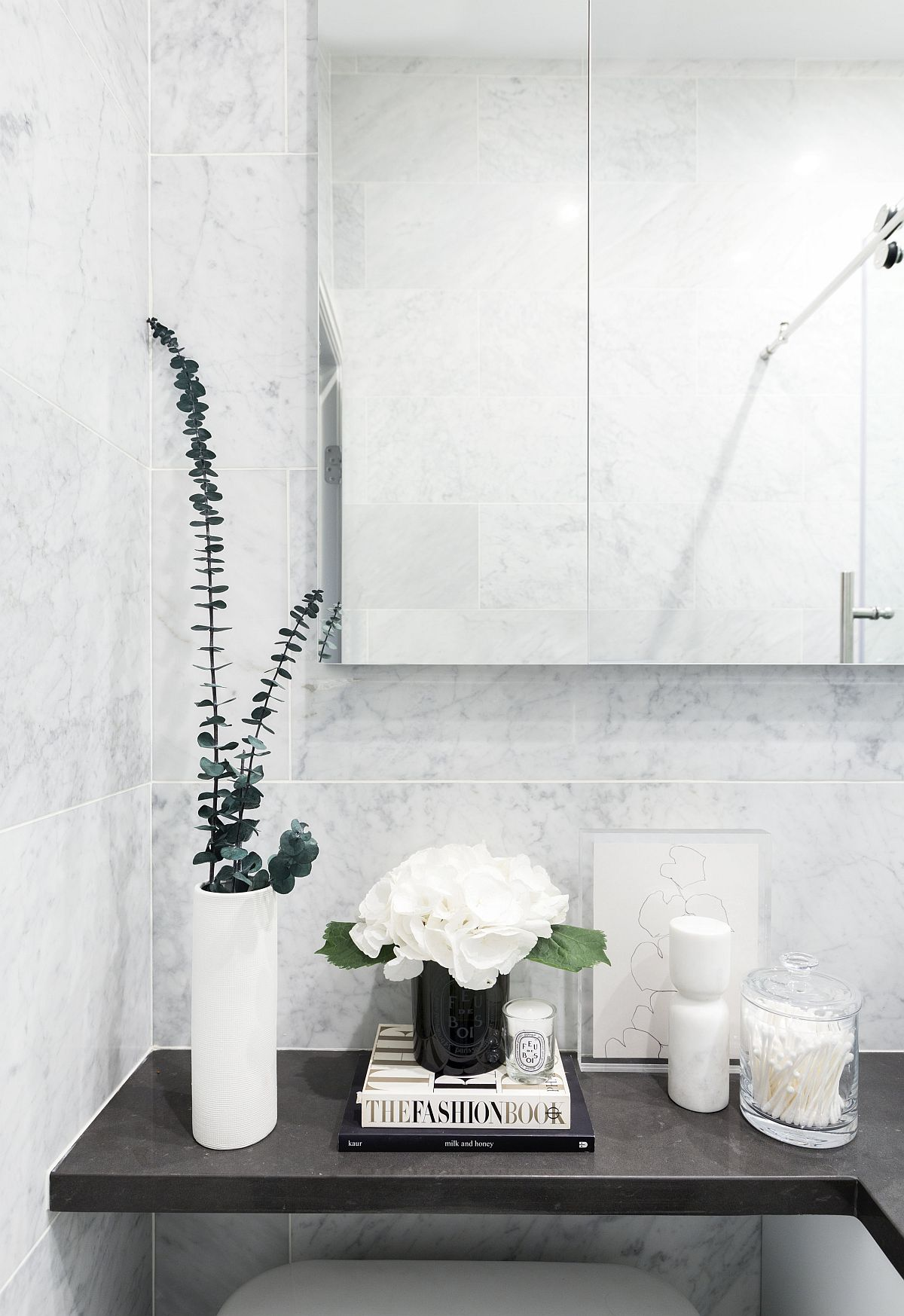 Decorating-the-black-countertop-in-the-bathroom-in-a-simple-and-understated-fashion-38116