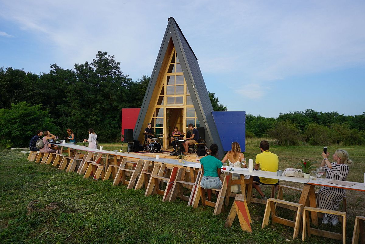 Design-of-the-Grand-Cabin-with-triangular-A-frame-that-steals-the-spotlight-87288