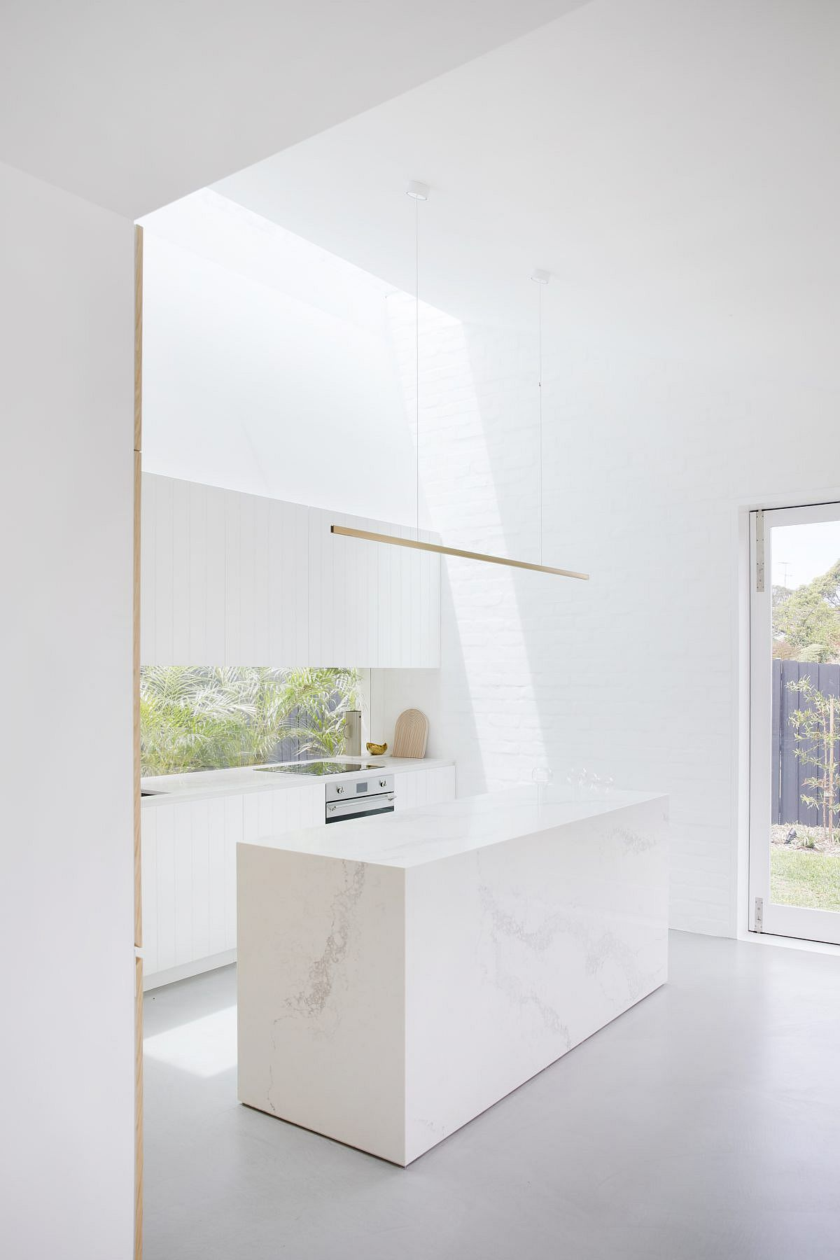 Exquisite-contemporary-kitchen-in-white-with-painted-brick-walls-and-an-island-in-marble-85337