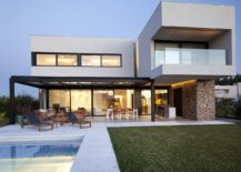 Fabulous-pool-area-and-garden-of-the-Contemporary-home-in-Argentina-18924-217x155