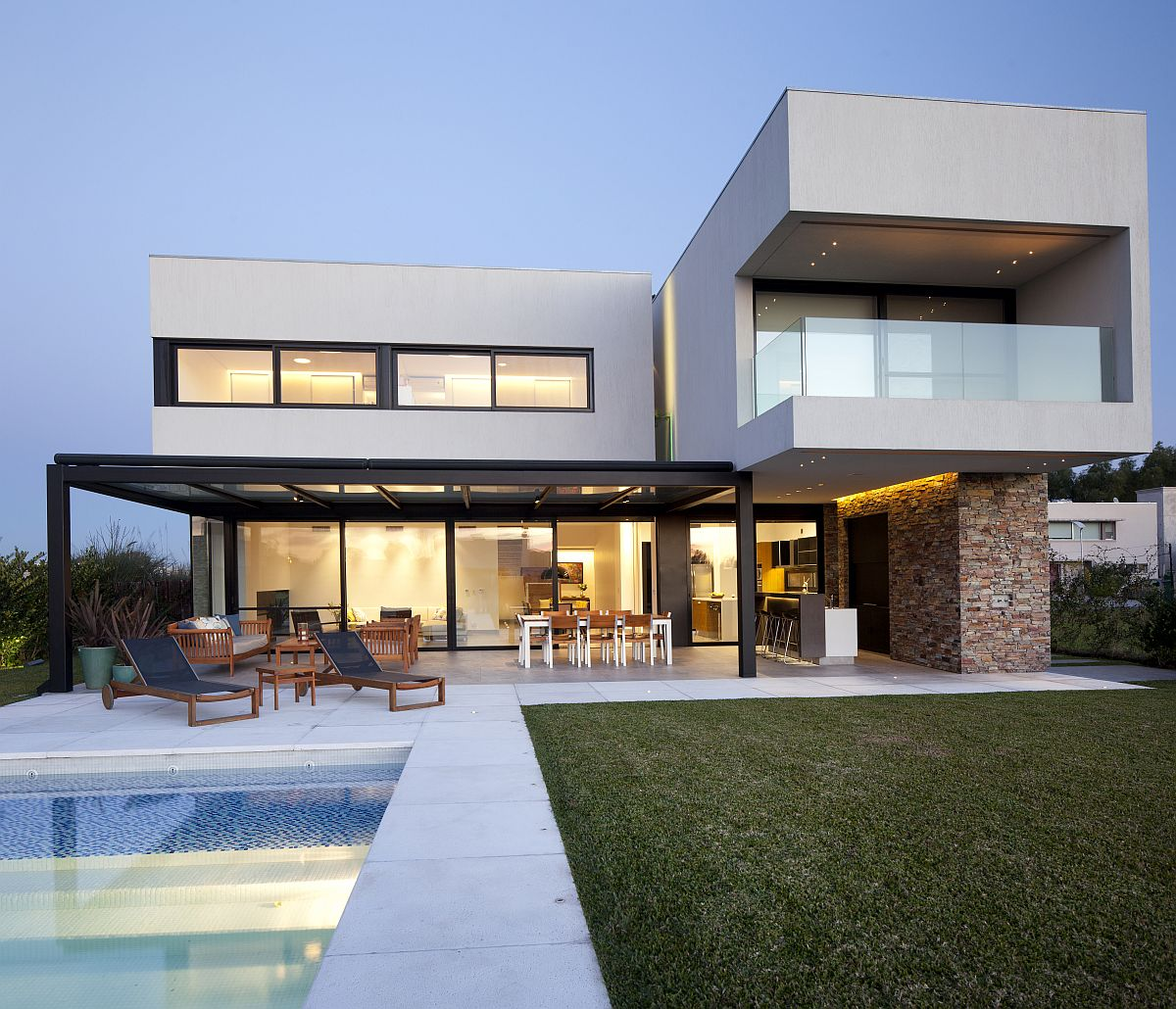 Fabulous-pool-area-and-garden-of-the-Contemporary-home-in-Argentina-18924