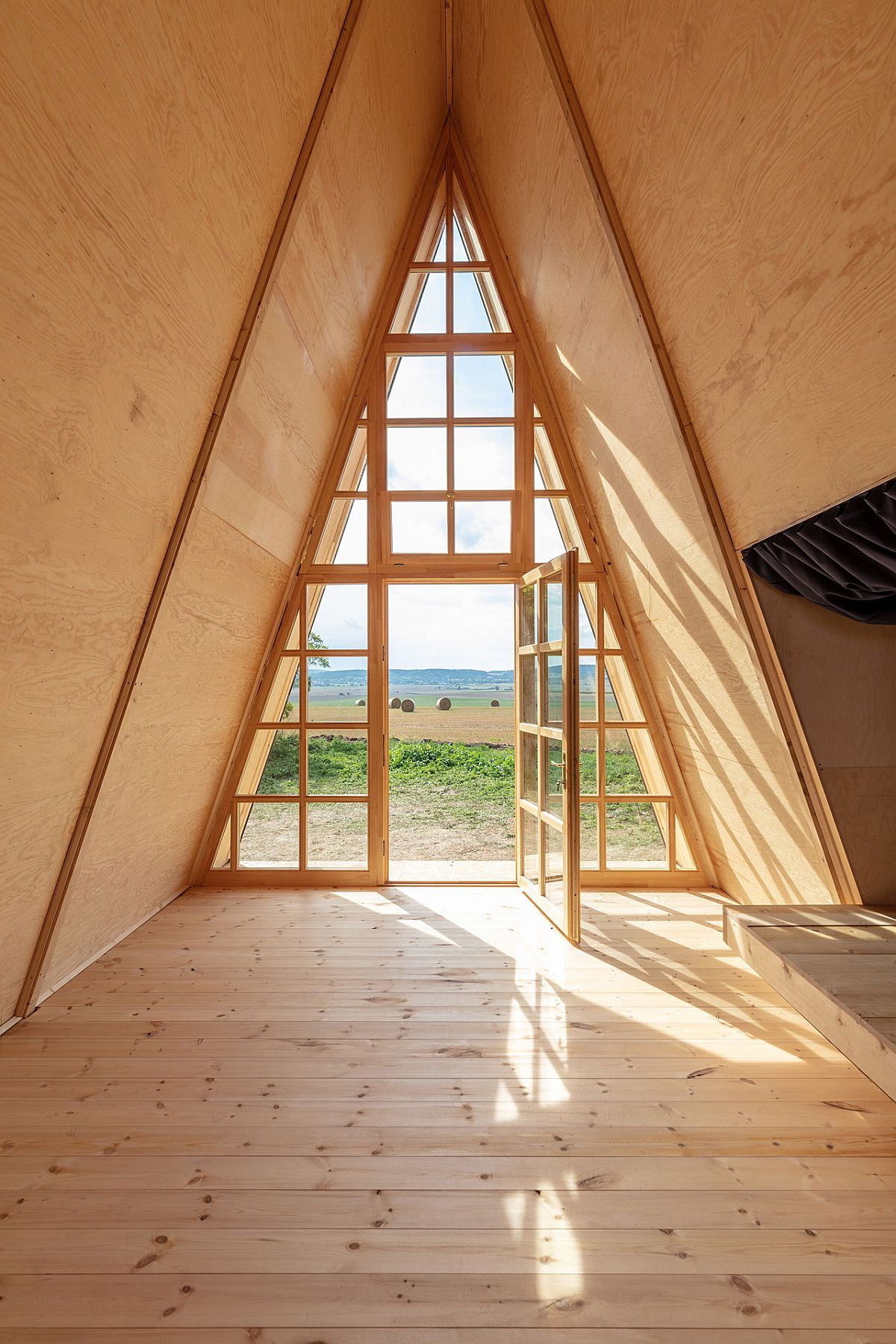 Glass-walls-bring-natural-light-into-th-woodsy-cabin-built-for-solitude-86154