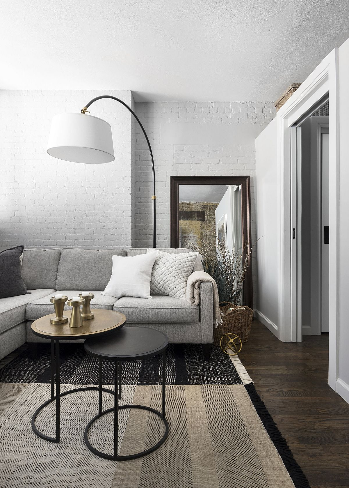 Gorgeous-white-brick-walls-inside-the-sudio-apartment-bring-New-York-Citys-uniqueness-to-the-living-space-13650
