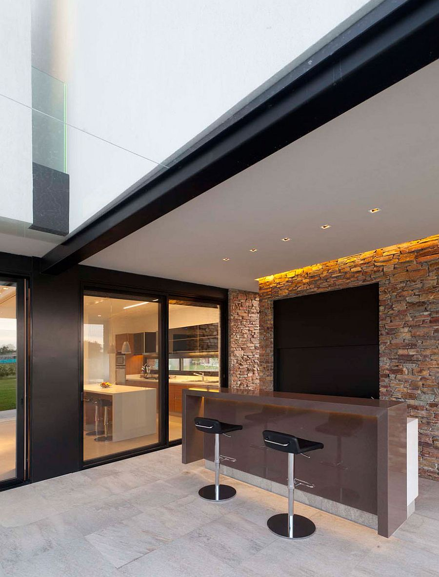 Grill-and-sitting-space-on-the-outside-for-a-lovely-party-zone-93436