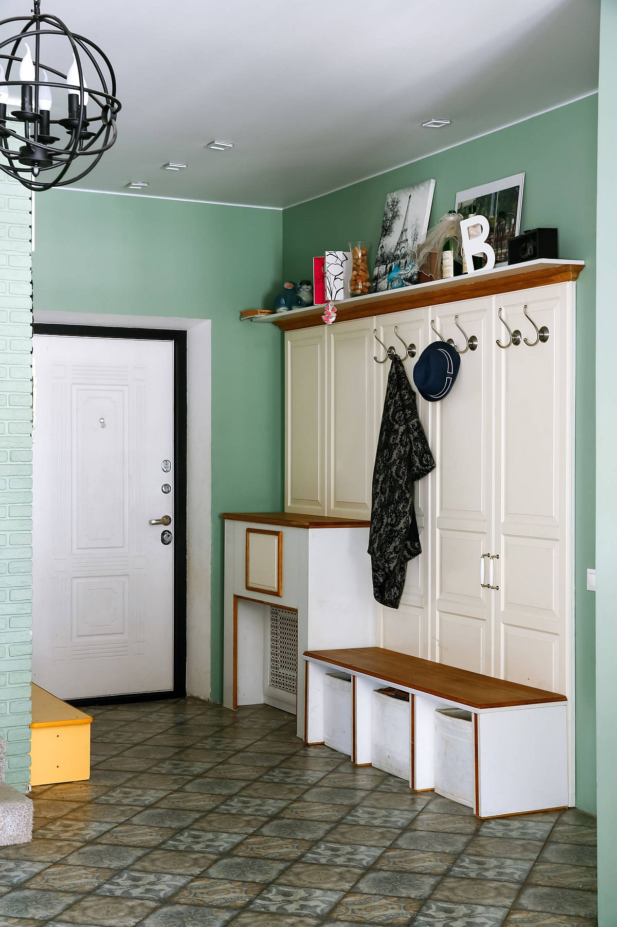 Light and pastel green combined with white and wood in the smart entryway